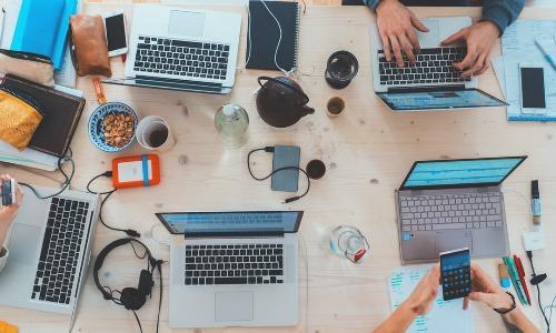 ¿Cómo puedo gestionar los contratos de internet para mi empresa en teletrabajo?